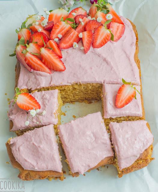 Κέικ λεμονιού με επικάλυψη από φρέσκιες φράουλες