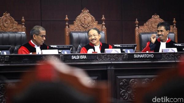 Kala MK Memuji Langkah Mahasiswa Gugat Kasus 'Jokowi Tak Ditilang'