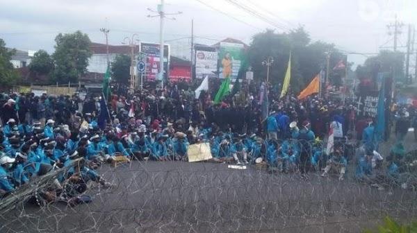 Demo Tolak Omnibus Law di Jember Diwarnai Ledakan, Mahasiswa: Revolusi…!