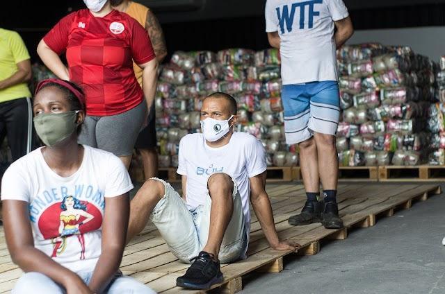 """Com """"mão na massa"""", Patric auxilia em trabalho voluntário de doações para comunidades do Pernambuco"""