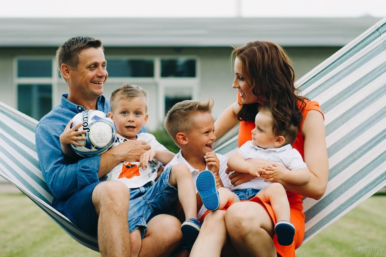 ģimenes fotosesija mājās ģimenes fotogrāfs