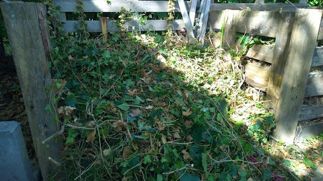 grobes und verholztes Kompostmaterial vor dem Häckseln (c) by Joachim Wenk