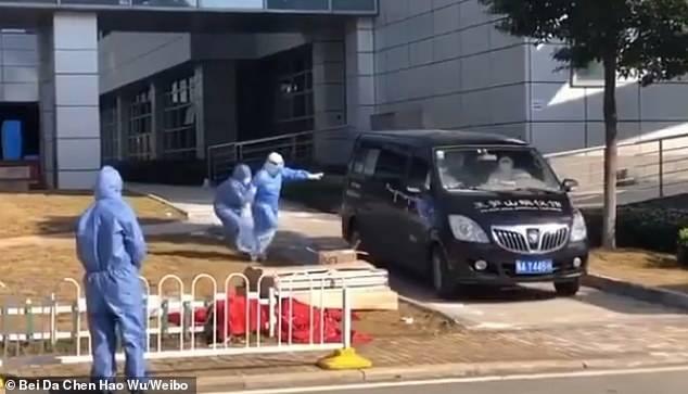 Khoảnh khắc đau lòng: Vợ Giám đốc bệnh viện Vũ Hán chạy theo chiếc xe đưa chồng đi hỏa táng