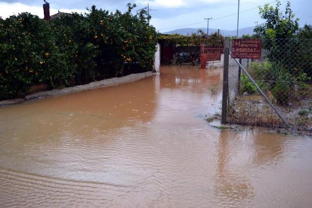 Πλημμύρισαν αυλές και σπίτια από το μπουρίνι στα Εξαμίλια Κορινθίας