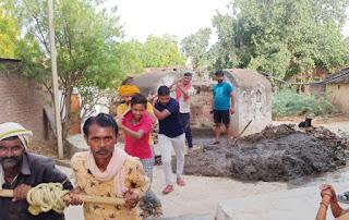 जगम्मनपुर, जालौन: जिला पंचायत सदस्य ने कराई कुओं की सफाई, भविष्य में कुआं का जल ही होगा जीवन का आधार : राघवेंद्र