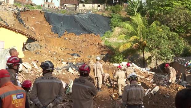 Deslizamento de barreira deixa sete mortos e três feridos no Recife
