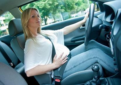 ¿Cómo se debe poner el cinturón de seguridad si esta embarazada?