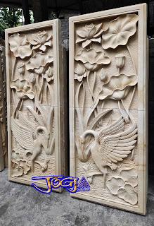 relief bangau dan pemandangan bunga lotus di buat dari batu alam paras jogja atau batu putih (1)