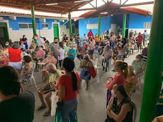 Vacinação em escola gera longa fila e aglomeração de idosos em Maracanaú, na Grande Fortaleza