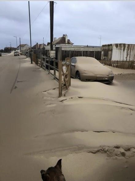 Απίστευτες εικόνες στο Νόρφολκ στη Βρετανία: Η άμμος... κάλυψε το χωριό, αυτοκίνητα, δρόμους, σπίτια [βίντεο]