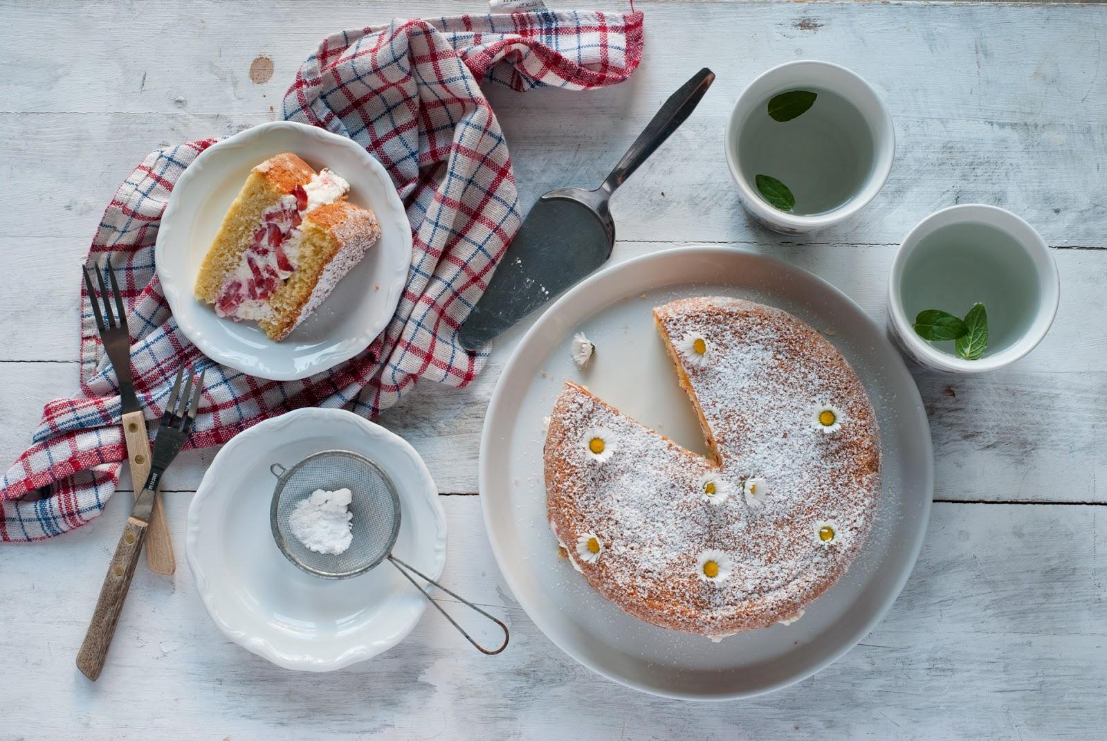 Łatwe ciasto z truskawkami i bitą śmietaną