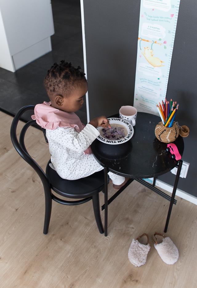 Villa H, lasten sisustus, Gubi TS pöytä, Ton tuoli, Petit 14 tuoli,  aamupuuro