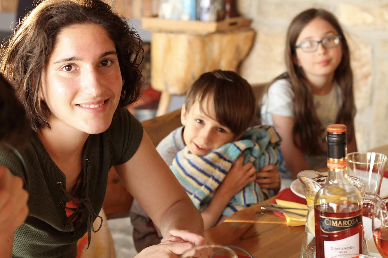 Sophie und die beiden Kleinen in der Villa Hill View