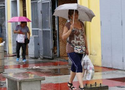 El desplazamiento de una onda tropical en el Mar Caribe al norte del territorio nacional y la actividad de la Zona de Convergencia Intertropical (ZCIT), originarán abundante nubosidad acompañadas de lluvias y lloviznas en la mañana de este viernes. Mientras que para la tarde y noche se prevé áreas cubiertas acompañadas de precipitaciones en gran parte del país, refiere el reporte del Instituto Nacional de Meteorología e Hidrología (Inameh). AVN  Se espera que las lluvias se registren con actividad tormentosa y ráfaga de vientos en las zonas central, llanos centrales, llanos occidentales y sur.  En la región central que agrupa a los estados Miranda, Vargas, Aragua, Carabobo y el Distrito Capital, y en el oriente (Sucre, Anzoátegui, Nueva Esparta, Monagas y Delta Amacuro) se registrarán cielos de parcial a nublado en horas de la mañana, que alternarán con áreas cubiertas en la tarde y noche acompañadas de lluvias débiles a moderadas.  En la región sur que comprende a Amazonas, Bolívar y Guayana Esequiba se esperan cielos nublados durante gran parte del período acompañadas de lluvias débiles a moderadas con actividad eléctrica y ráfaga de vientos.