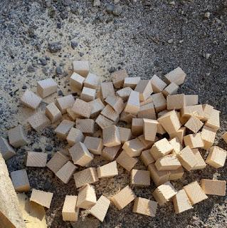 plein de petits bouts de bois pour créer un tableau en volume