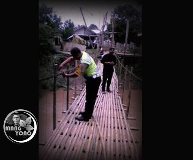 Bripka. Asep Hariyanto bersama warga Perbaiki Jembatan Runtuh di Subang