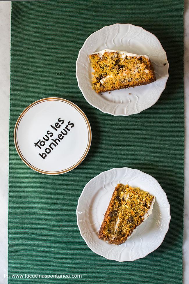Immagine con due fette di carrot cake
