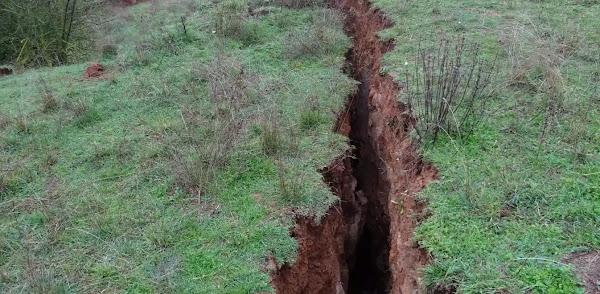 Άνοιξε η γη στην Ελασσόνα: Δημιουργήθηκε ρήγμα 2 χιλιομέτρων και βάθους 3 μέτρων