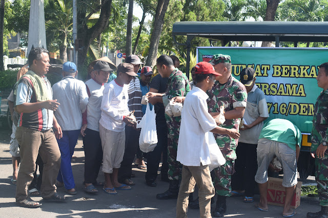 Jum'at Berkah, Puluhan Warga Serbu Mobil Patroli Kodim Demak