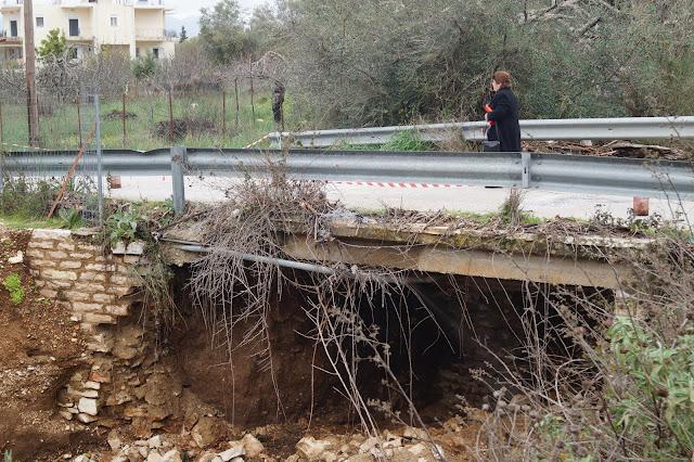 Κλειστός ο δρόμος προς το νεκροταφείο Ηγουμενίτσας - Έπεσε τμήμα γέφυρας (+ΒΙΝΤΕΟ)