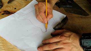 Dibujando la silueta del mango del serrucho