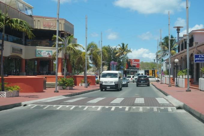 Liikenne St Maartenilla, Saint Martenilla Philipsburgista Marigotiin