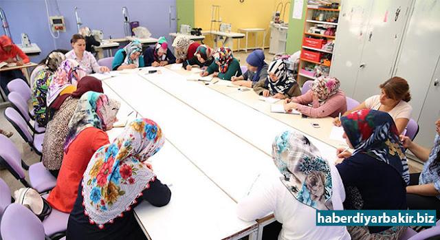 DİYARBAKIR-Diyarbakır Büyükşehir Belediye Başkanı Cumali Atilla'nın talimatıyla, yetişkin ve çocuklara yönelik açılacak istihdam ve mesleki 22 kurs için başvurular devam ediyor. Kurslar için yetişkin ve çocuklar olmak üzere şimdiye kadar 667 kişi kayıt yaptırdı.