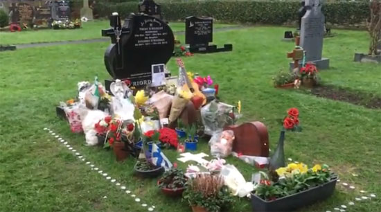 SATU LIANG : Dollores O Riordan dimakamkan di bawah makam ayahnya, Terry Oriordan  Foto Youtube