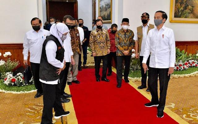 Presiden Joko Widodo diingatkan agar tidak terkesan 'lepas tangan' lantas menyalahkan pemerintah daerah (Pemda) dalam penanganan Covid-19 di tanah air.