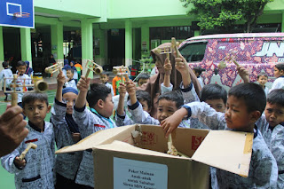 Hibur Korban Sekolah Ambruk, Siswa SD Muh 1 Solo Sumbang Mainan Othok-othok