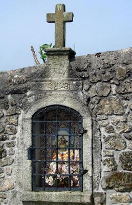 oratório num muro de pedra