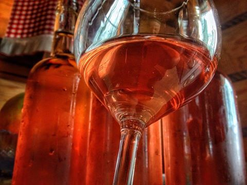 wino z czerwonej mirabelki