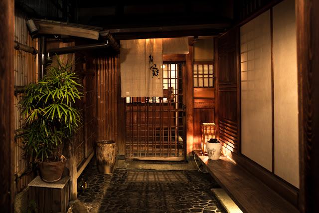 En Yasaka Kamimachi :: Canon EOS5D MkIII | ISO800 | Canon 28mm | f/3.2 | 1/10s