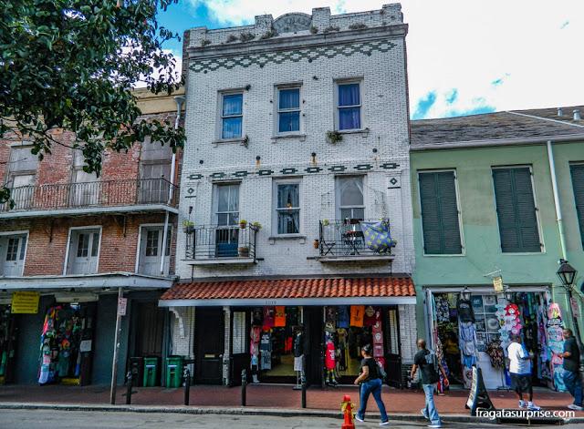 Rua no Bairro Francês de Nova Orleans