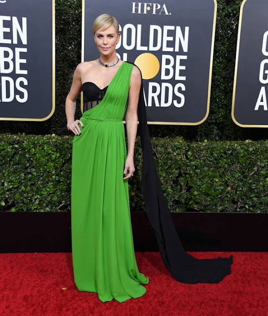 5 looks da Charlize Theron no red carpet em 2020: qual é o melhor?
