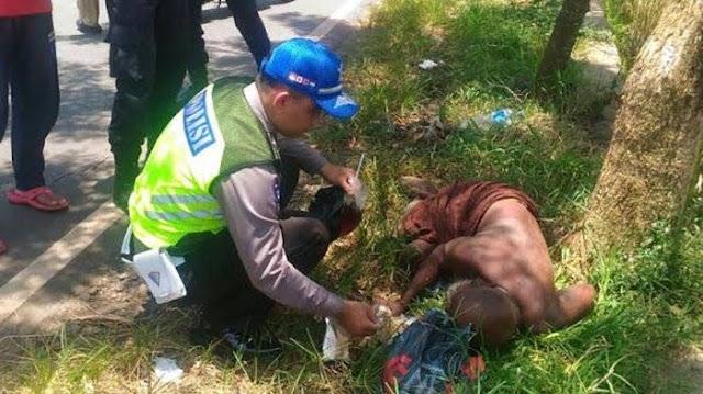 Saat Melakukan Patroli, Polisi Ini Suapi Kakek Yang Terkapar Di Jalan Karena Kelaparan