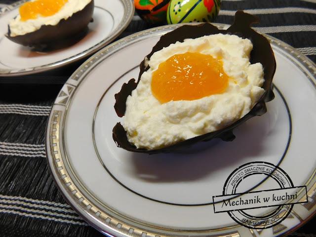 Czekoladowe jaja Wielkanocny deser jaja z czekolady białko z serka mascarpone żółtko z konfitury brzoskwiniowej deser świąteczny Wielkanoc Święto Wielkiej Nocy