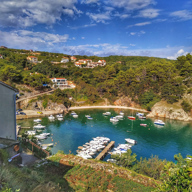 widok na zatokę Vribnik, wyspa Krk, turkusowe morze Chorwacja