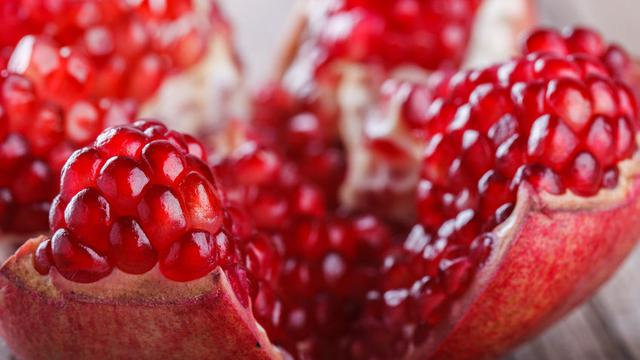 Khasiat buah delima untuk cantik.