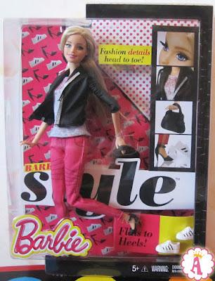 Изображение шарнирной куклы барби в коробке. Это игрушка из коллекции Стиль 2014 года
