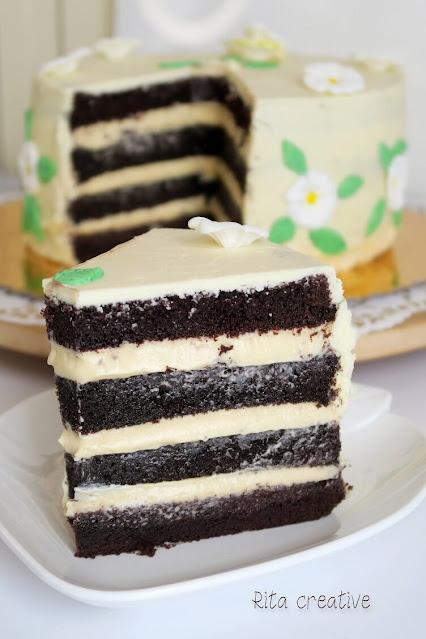 Tort czekoladowy z kremem alkoholowym.