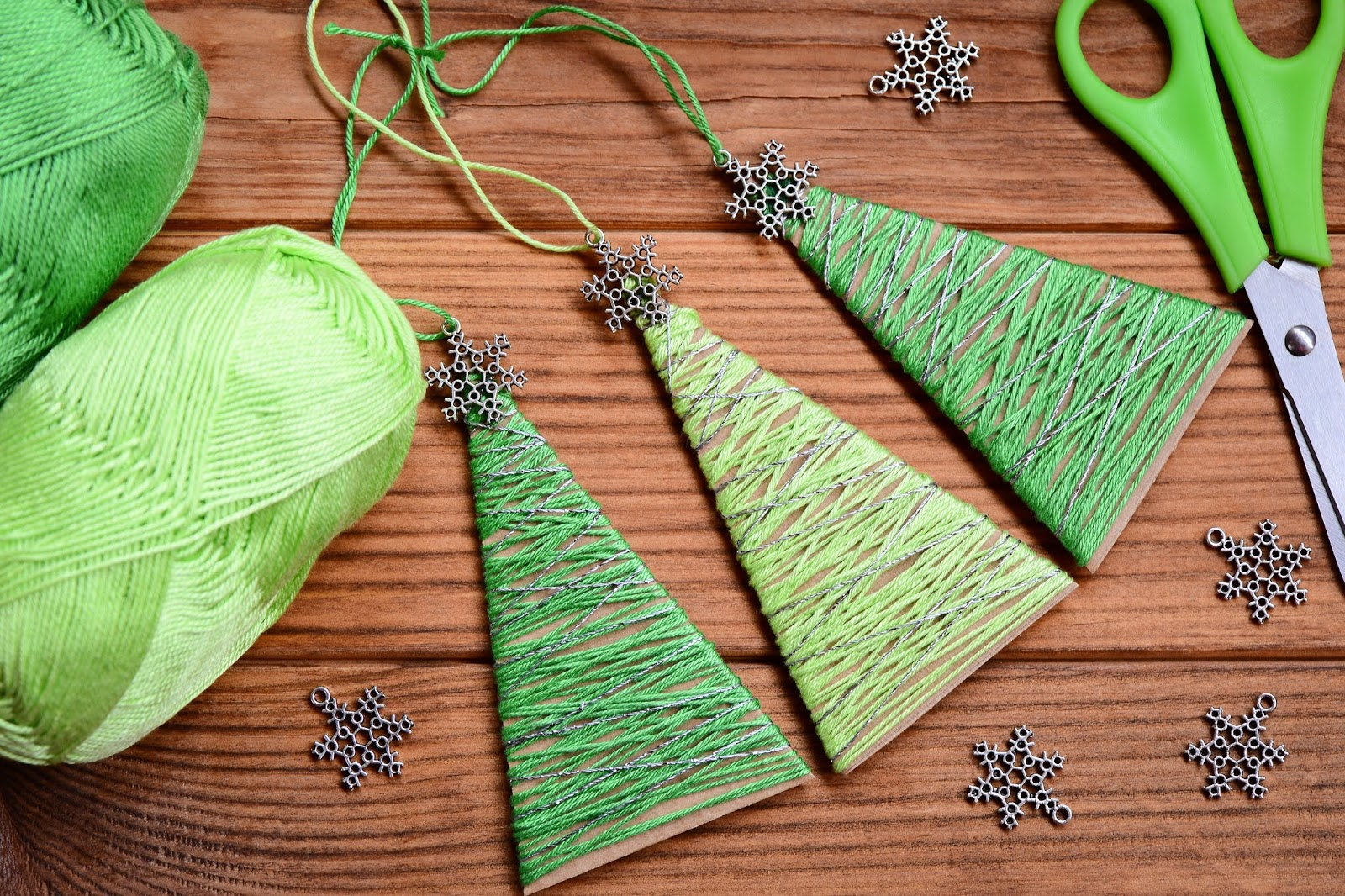 Manualidades navideñas con cartón y lana