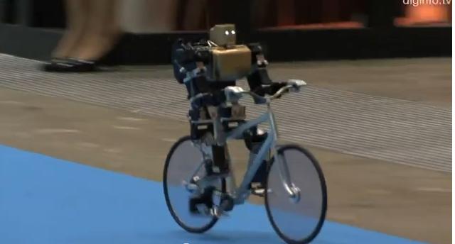 Японский робот велосипедист тормозит ногами
