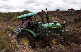 Tinjau Lokasi Food Estate di Humbahas, Traktor Mentan dan Wagubsu Nyaris Terbalik