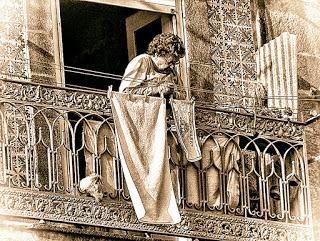 senhora na varanda do Porto