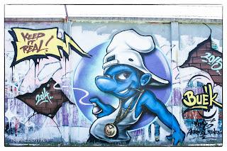 Hupikék törpikék szereplő graffitis képe Szegeden