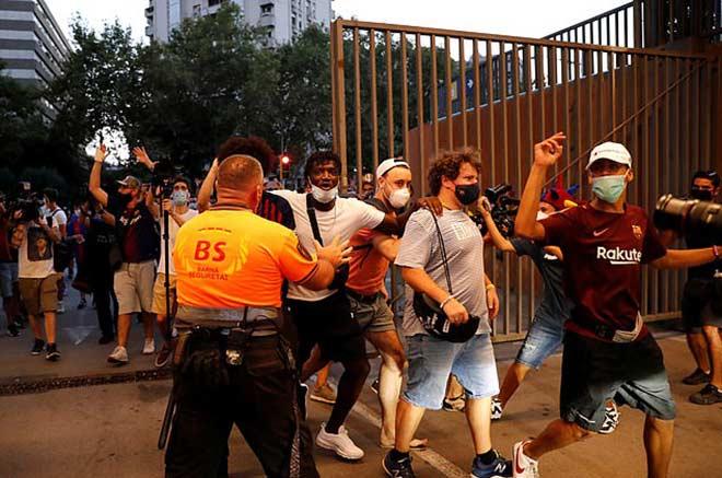 """Fan Barca giận dữ """"đánh chiếm"""" Nou Camp vì Messi, cảnh sát phải vào cuộc 4"""