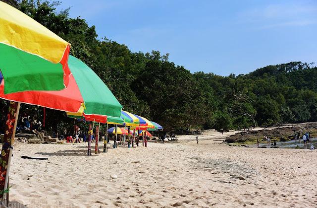 Payung warna-warni di tepian pantai Wediombo, Gunungkidul