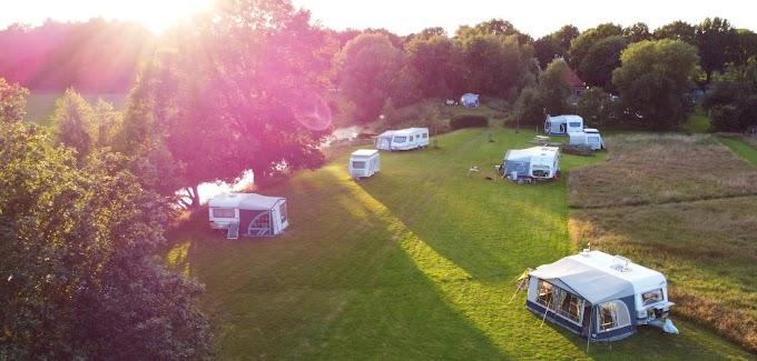 Kamperen op rustige en ruime camping De oude trambrug in Zuidoost Friesland