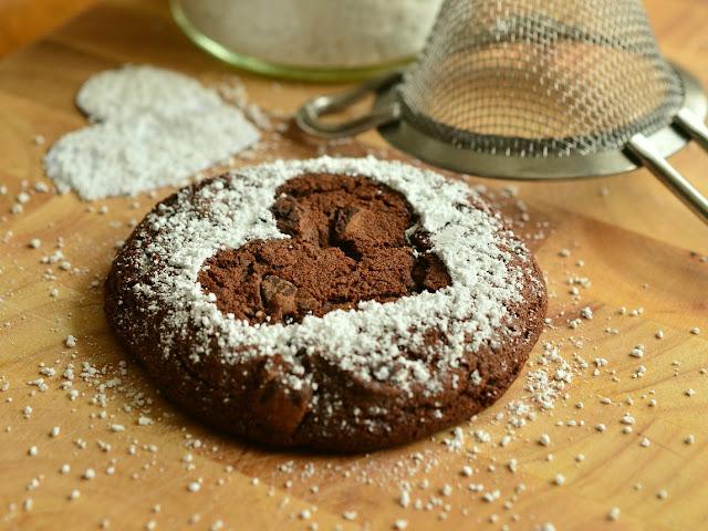 Cookie com coração vazado de açúcar